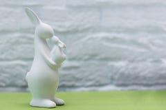 Osterhase im grünen Gras Festliche Dekoration Fröhliche Ostern Stockfoto