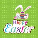 Osterhase mit buntem Ei Wenig Geschenk bei Ostern Ostern-Tag auf grünem Hintergrund Lizenzfreies Stockfoto