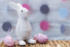 Osterhase mit bunten Eiern Kopieren Sie Platz Festliche Dekoration Lizenzfreies Stockbild