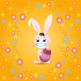 Osterhase mit Ei und Blumen Stockfoto
