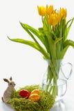 Osterhase mit gemalten Estereiern Lizenzfreie Stockfotos