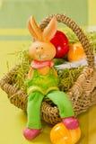 Osterhase mit gemalten Estereiern Lizenzfreie Stockfotografie