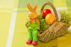 Osterhase mit gemalten Estereiern Stockfoto