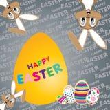 Osterhase mit großem gelbem Ei auf einem bunten Hintergrund Glücklicher Ostern-Tag Stockfoto