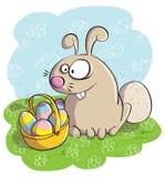 Osterhase mit Korb von Eiern Lizenzfreies Stockfoto