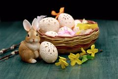 Osterhase und aufwändiges Ei im Korb Stockfotos