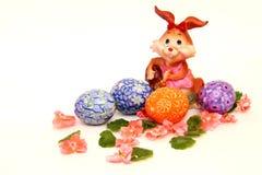 Osterhase und gemalte Eier - Ostern-Symbol stockfotos