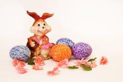 Osterhase und gemalte Eier - Ostern-Symbol lizenzfreie stockfotografie