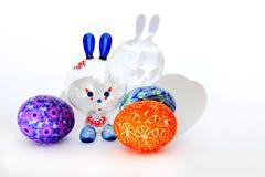 Osterhase und gemalte Eier - Ostern-Symbol stockfotografie