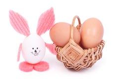 Osterhase und Korb der Eier Stockfotografie