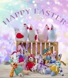 Osterhasen und Hennen mit glücklichem Ostern-Text Ostern-Feiertags-Konzept lizenzfreie stockbilder