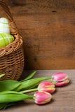 Osterkorb Und Tulpen Auf Holzbrett Royalty Free Stock Image