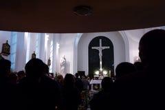 Ostermesse innerhalb der katholischen Kirche Stockfoto
