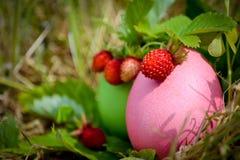 Ostern-Aufbau mit einer Erdbeere Stockbilder