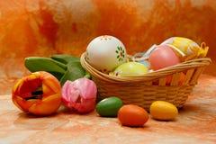 Ostern-Aufbau mit Tulpen und Ostereiern Lizenzfreie Stockfotos