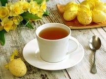 Ostern-Aufbau von Teecup, -eiern und -blumen ein Lizenzfreie Stockfotos