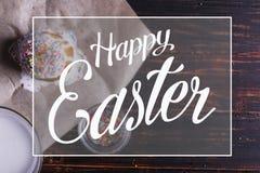 Ostern-Backen mit Zuckerglasur und farbiges Pulver und Eier Für den Feiertag auf dem Küchentisch, auf einem dunklen Hintergrund s lizenzfreie stockfotografie