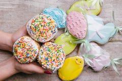 Ostern backt traditionelles Lebensmittel der Lebkuchenplätzchen zusammen stockfotografie