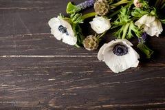 Ostern-Blumen auf altem Holz Lizenzfreies Stockfoto