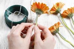 Ostern-Blumengesteck im Oberteil des weißen Eis Lizenzfreies Stockfoto