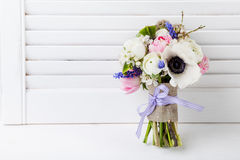 Ostern-Blumenstrauß auf weißem Fensterladen Stockfoto