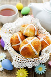 Ostern-Brötchen mit einem Kreuz und Eiern Lizenzfreies Stockfoto