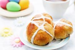 Ostern-Brötchen mit einem Kreuz und Eiern Stockfotos