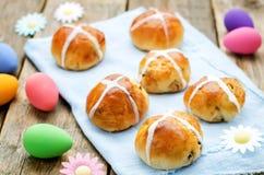 Ostern-Brötchen mit einem Kreuz und Eiern Stockfoto