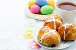 Ostern-Brötchen mit einem Kreuz und Eiern Stockfotografie