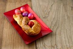 Ostern-Brot u. rote Eier Lizenzfreie Stockfotografie