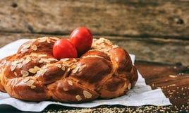 Ostern-Brot und -eier auf einer Tabelle - kopieren Sie Raum Stockfotografie