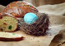 Ostern-Brot und -kuchen auf dem Holztisch lizenzfreie stockfotos