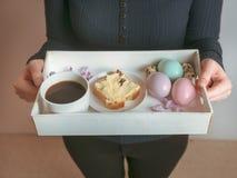 Ostern-Brunch auf einem dienenden Behälter stockbild