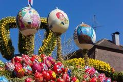 Ostern-Brunnen mit Eiern und Huhn wenden Dekoration ein stockfoto