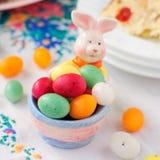 Ostern Bunny Egg Holder Filled mit buntem beschmutztem eiförmigem Lizenzfreies Stockbild