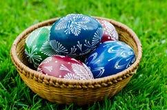 Ostern - bunte Eier in einer Schüssel stockfotos