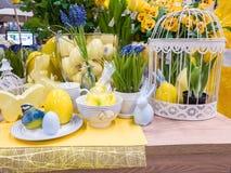 Ostern-Dekor mit Porzellan stockbilder