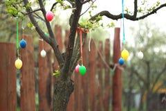 Ostern-Dekoration draußen im Garten Stockbild