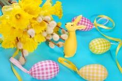 Ostern-Dekoration mit Bündel der Narzissen- und Kaninchenfigürchens Lizenzfreie Stockbilder