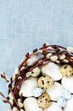Ostern-Dekoration mit blühenden Weidenniederlassungen und -eiern Lizenzfreies Stockbild