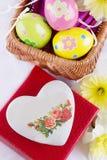 Ostern-Dekoration mit Eiern, Blumen und Herzen Stockfotos