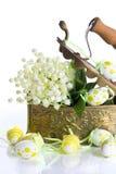 Ostern-Dekoration mit Eiern und Lilienblumen Lizenzfreie Stockfotografie