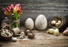 Ostern-Dekoration mit Eiern und Tulpenblumen Abbildung der roten Lilie Lizenzfreies Stockbild