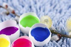 Ostern-Dekoration mit Eierschalen und mit Temperafarben gefüllt Lizenzfreie Stockfotografie