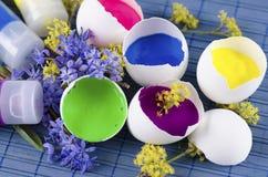 Ostern-Dekoration mit fünf Eierschalen und drei Farbenrohren Stockfoto
