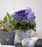 Ostern-Dekoration mit farbigen Blumen Stockfoto