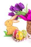 Ostern-Dekoration mit Kaninchen, Eiern und Tulpen Stockfoto