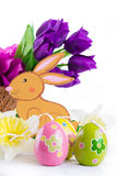 Ostern-Dekoration mit Kaninchen, Eiern und Tulpen Stockbild