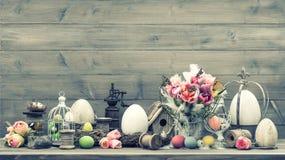 Ostern-Dekoration mit rosa Tulpen und Eiern Lizenzfreie Stockfotografie