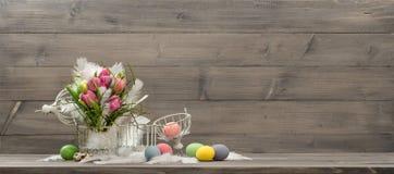 Ostern-Dekoration mit rosa Tulpenblumen und -eiern Lizenzfreie Stockfotos